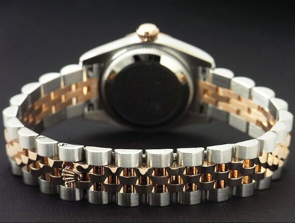 The bezel is designed with the iconic feature of Rolex which is fluted.
